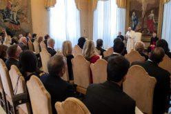 Папата: Во центар на воспитувањето мора да биде ангажирање за општеството, луѓето и околината