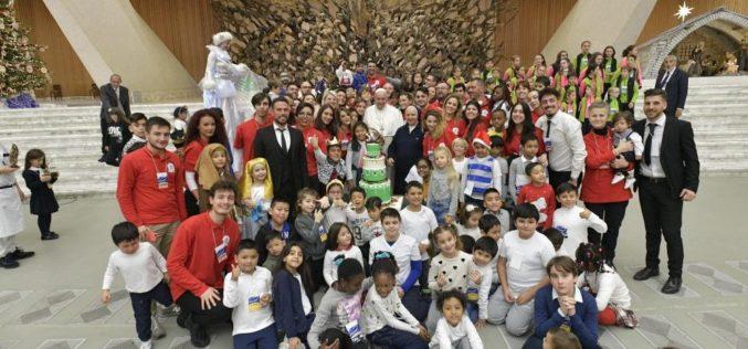 Папата Фрањо: Играта со децата е многу важна