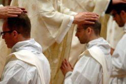 Почесниот папа Бенедикт XVI и кардинал Роберт Сарах застанаа во одбрана на целибатот и свештенството