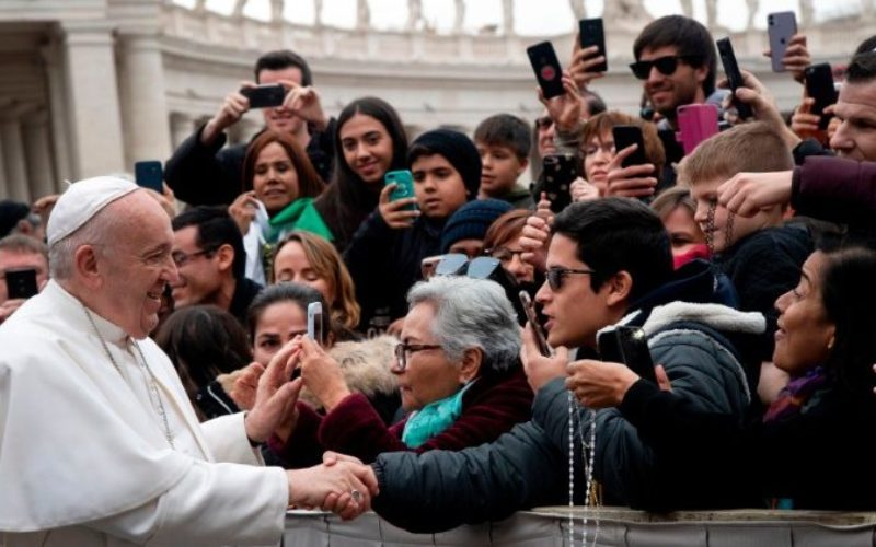 Папата: Да го исклучиме телевизорот и да ја отвориме Библијата