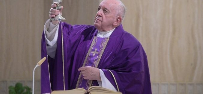 Папата одложи некои аудиенции, но продолжува со средбите во Света Марта