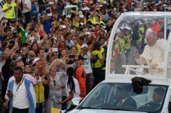 Папата Фрањо до младите: Не се одделувајте, близината значи среќа