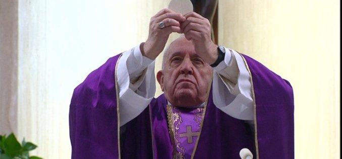 Папата служеше света Литургија за болните од корона вирусот