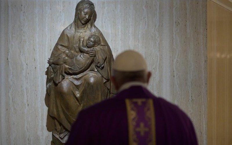 Папата Фрањо молеше за луѓето кои починаа од корона вирусот