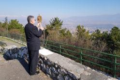 Од Водно со моштите на света Мајка Тереза епископот Стојанов ги благослови Скопје и Македонија