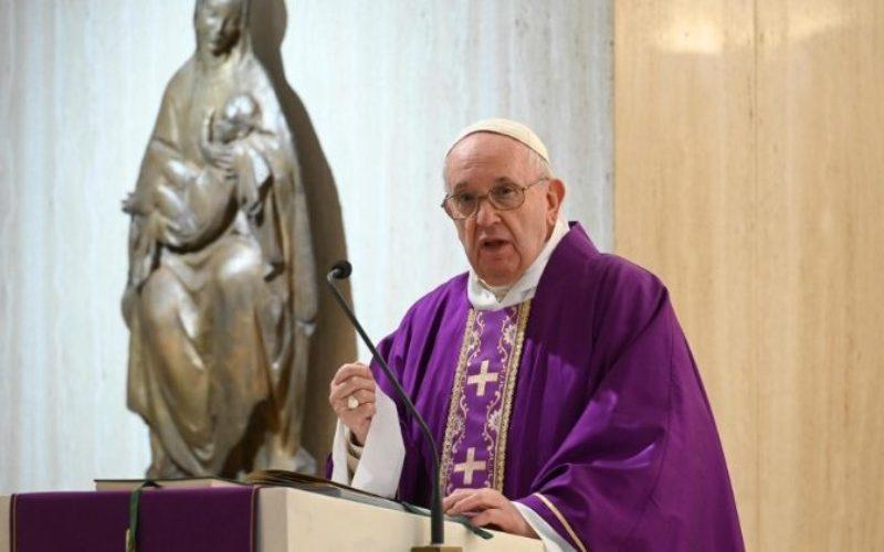 Папата се молеше за лекарите и свештениците кои починаа служејќи на болните од коронавирус