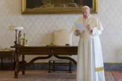 """Папата молеше """"Оче наш"""" за човештвото погодено од големото искушение"""
