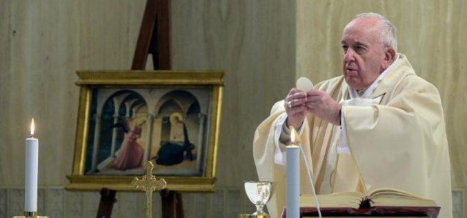 Папата се молеше за чесните сестри кои го ризикуваат и даруваат својот живот служејќи им на болните