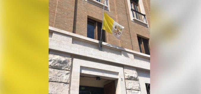 Во знак на солидарност знамињата во Ватикан на пола копје