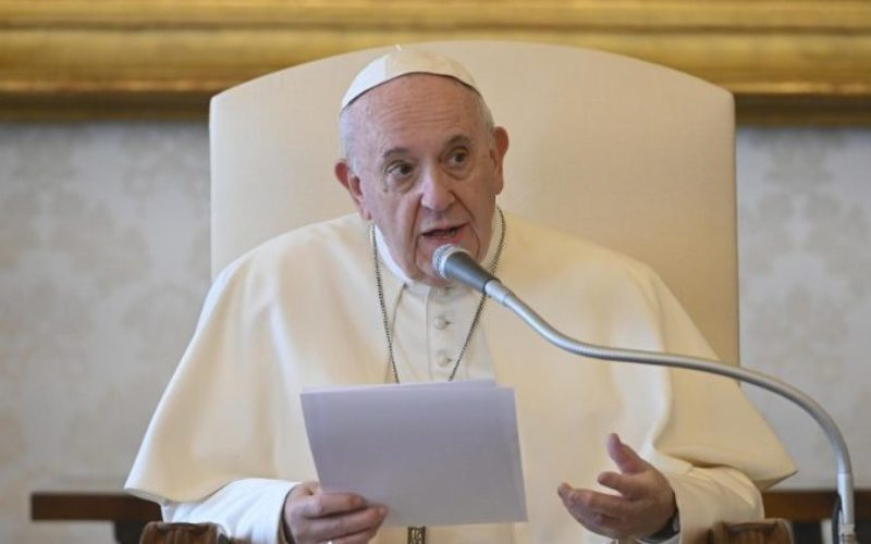 Папата: Крстот и Евангелието нека бидат наша домашна Литургија