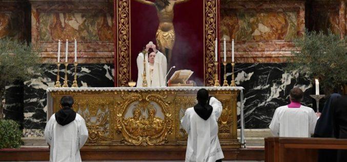 Папата ја предводеше Литургијата Вечера Господова на Велики Четврток