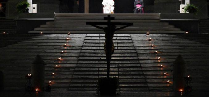 Папата молеше Крстен пат на плоштадот Свети Петар
