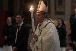 Папата Фрањо го предводеше Пасхалното бдение во Ватикан
