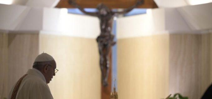 Папата Фрањо молеше за разборитост во придржувањето кон новите мерки