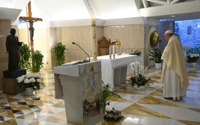 Папата се молеше за свештениците и лекарите кои го даваат својот живот за верниците
