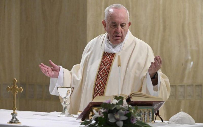 Папата Фрањо се молеше за починатите жртви на пандемијата