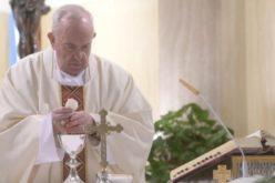 Папата молеше за новинарите