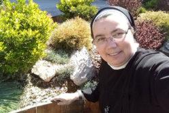 На социјалните мрежи сестра Климентина моли Света Бројаница со деца и млади