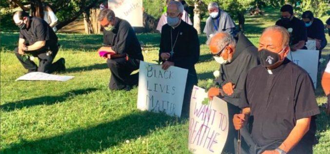 Папата телефонираше со првиот американски епископ кој се придружи на мирниот протест против расизмот