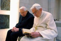 Почесниот папа Бенедикт XVI служеше света Литургија со својот брат Георг