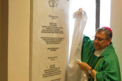 По повод посетата на папата Фрањо во Скопската катедрала е поставена спомен плоча