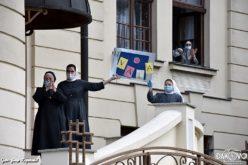 Граѓани пред манастир во Ѓаково пееја и се молеа за монахињите