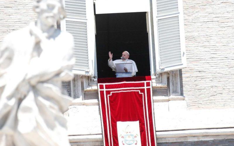 Папата моли да се врати мирот во Донбас