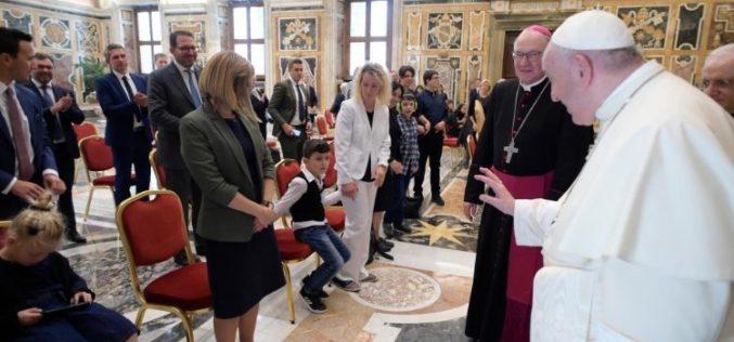 Папата Фрањо: Во Божјите очи секој блеска со единствена убавина