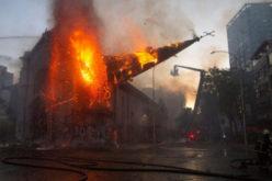 Запалени две цркви за време на протестите во Чиле