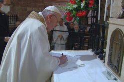 """Папата ја потпиша неговата трета енциклика """"Сите сме браќа"""" (Fratelli tutti)"""