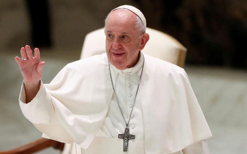 Папата Фрањо: Како добри граѓани држете растојание и носете маски