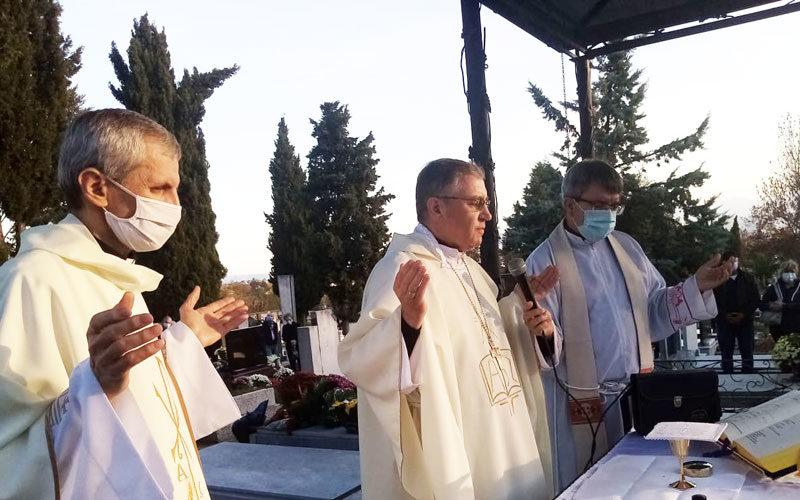 На гробиштата Бутел бискупот Стојанов служеше света Литургија за покојните