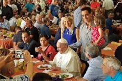Папата Фрањо на бездомниците им нуди бесплатно тестирање од коронавирусот