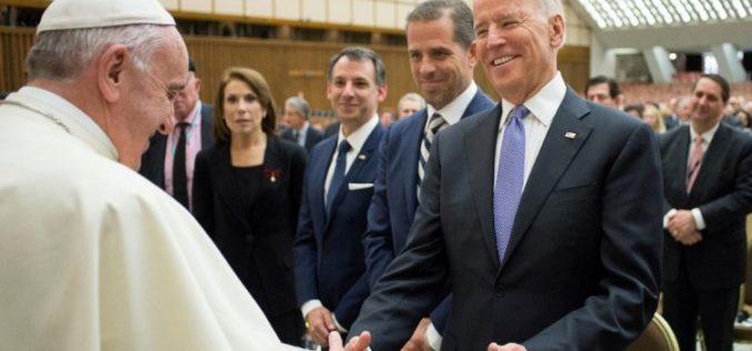 Папата Фрањо разговараше телефонски со Џо Бајден