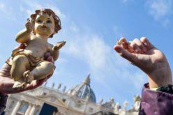 Папата ги благослови статуите со Малиот Исус