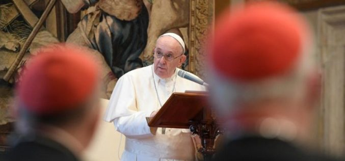 Папата до членовите на Римската курија: Сите сме бескорисни слуги