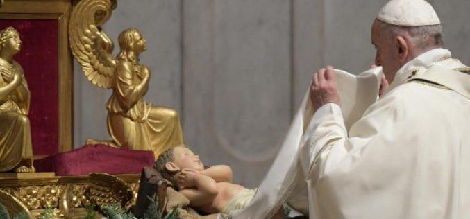 Папата Фрањо на Бадник: Од вечерва сите се мои браќа