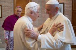 Папата Фрањо и почесниот папа Бенедикт XVI се вакцинираа против коронавирусот