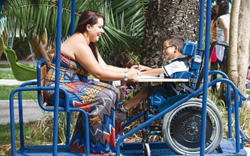 Запознајте ја брачна двојка од Мадрид која посвојува деца со попреченост
