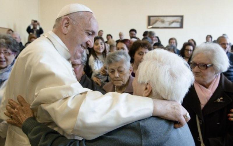 Папата го воспостави Светскиот ден на баби, дедовци и стари лица