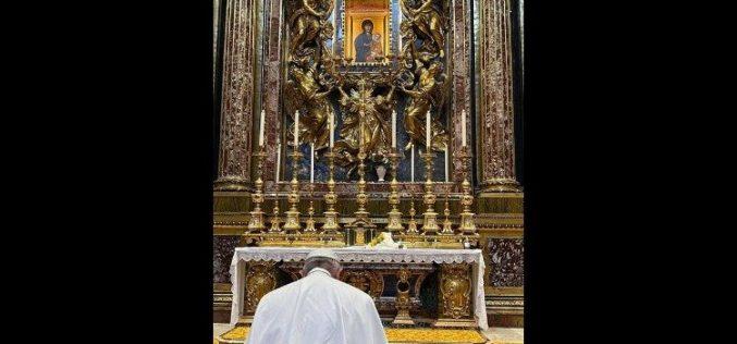 Папата Фрањо се заблагодари на Дева Марија при враќањето од Ирак