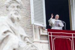 Папата Фрањо: Семејството нека биде во центарот на Црквата и општеството