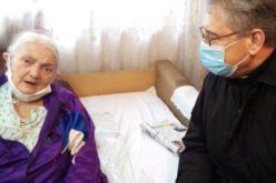 Бискупот Стојанов во посета на една од највозрасните вернички во Скопската парохија