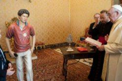 Папата Фрањо ја благослови статуата на блажениот Карло Акутис