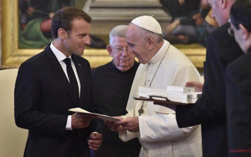 Папата Фрањо разговарал телефонски со францускиот претседател Макрон