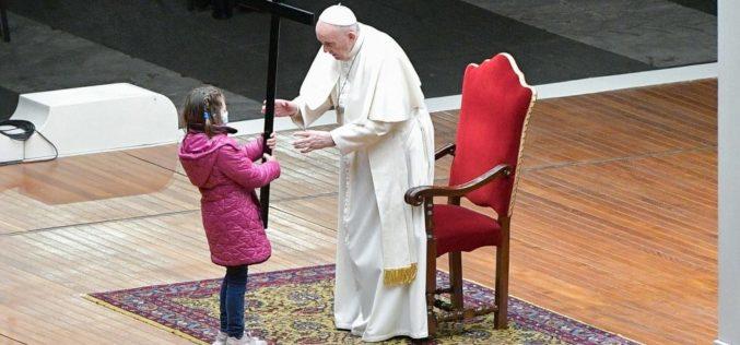 Крстен пат во Ватикан: Детски поглед на страдањата на светот
