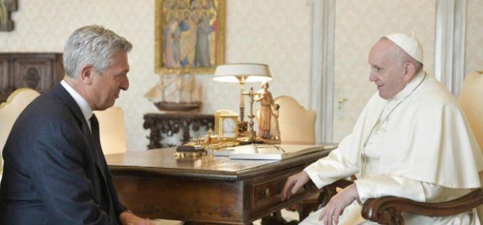 Папата Фрањо се сретна со комесарот за бегалци на ООН Гранди