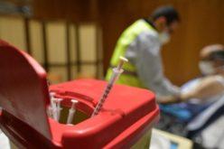 На неговиот именден Светиот Отец ги посети сиромашните на кои им обезбеди вакцина