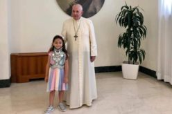 Папата прими шестгодишно девојче – жртва на мафијата
