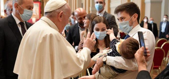 Папата: Ѓаконите се понизни слуги, а не делумни или од втор ред свештеници
